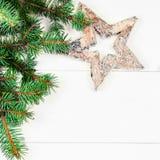 Kerstmisdecoratie op witte houten achtergrond Kerstmis fram Royalty-vrije Stock Afbeelding