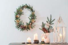 Kerstmisdecoratie op witte muur als achtergrond stock fotografie