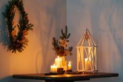 Kerstmisdecoratie op witte muur als achtergrond stock foto's