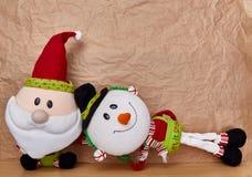 Kerstmisdecoratie over een kraftpapier-document achtergrond royalty-vrije stock afbeelding