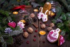 Kerstmisdecoratie - peperkoekkoekjes en kaarsen Stock Afbeeldingen