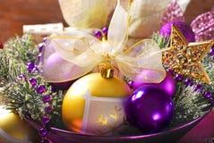 Kerstmisdecoratie in purpere en gouden kleuren Royalty-vrije Stock Fotografie