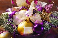 Kerstmisdecoratie in purpere en gouden kleuren Royalty-vrije Stock Foto's