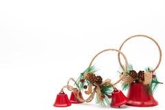 Kerstmisdecoratie, rode die klokken op witte achtergrond worden geïsoleerd Stock Afbeelding