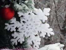 Kerstmisdecoratie: sneeuwvlok en rode bal Royalty-vrije Stock Fotografie