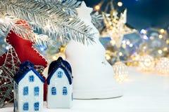 Kerstmisdecoratie, sparrentak op vage blauwe backgroun Royalty-vrije Stock Afbeeldingen