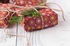 Kerstmisdecoratie, speelgoed en ornamenten Rode sterren, snuisterijen, linten De achtergrond van de vakantie Stock Foto