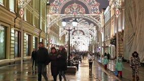 Kerstmisdecoratie in stad stock footage