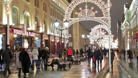 Kerstmisdecoratie in stad stock video