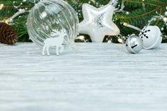 Kerstmisdecoratie tegen de groene achtergrond van de sparrentak stock fotografie