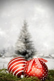 Kerstmisdecoratie tegen de winterachtergrond Stock Foto