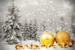 Kerstmisdecoratie tegen de winterachtergrond Stock Foto's