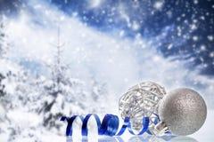 Kerstmisdecoratie tegen de winterachtergrond Royalty-vrije Stock Foto