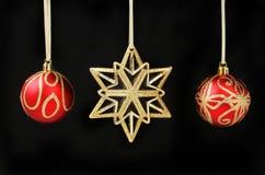 Kerstmisdecoratie tegen zwarte Royalty-vrije Stock Foto