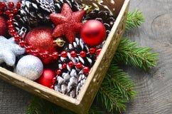 Kerstmisdecoratie in uitstekende houten doos als voorbereiding voor het verfraaien van de Kerstmisboom Royalty-vrije Stock Foto