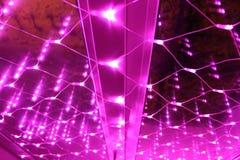 Kerstmisdecoratie voor de vensters - roze lichten stock afbeeldingen