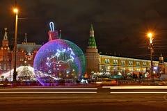 Kerstmisdecoratie vooraan het Kremlin Stock Afbeelding