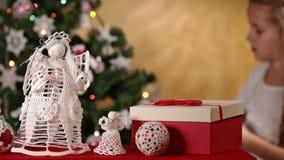 Kerstmisdecoratie in voorgrond stock video