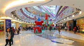 Kerstmisdecoratie in winkelcomplex Stock Afbeeldingen