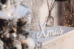 Kerstmisdecoratie: wit woord en de engel en Kerstmisboom royalty-vrije stock foto's