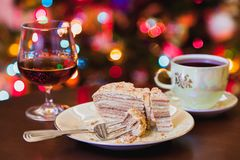 Kerstmisdessert Cake op plaat en brandewijn in glas stock fotografie