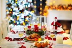 Kerstmisdiner bij brandplaats en Kerstmisboom royalty-vrije stock foto's