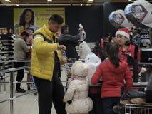 Kerstmisdiner die bij Supermarkt winkelen Stock Fotografie