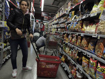 Kerstmisdiner die bij Supermarkt winkelen Royalty-vrije Stock Fotografie