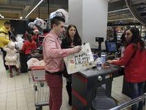 Kerstmisdiner die bij Supermarkt winkelen Royalty-vrije Stock Foto's