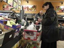 Kerstmisdiner die bij Supermarkt winkelen Stock Foto