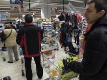 Kerstmisdiner die bij Supermarkt winkelen Stock Foto's
