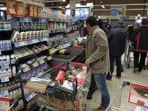 Kerstmisdiner die bij Supermarkt winkelen Royalty-vrije Stock Afbeeldingen