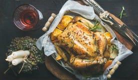 Kerstmisdiner met geroosterde gehele kip, decoratieve kaarsen en wijn Stock Foto's