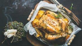 Kerstmisdiner met geroosterde kip, rozemarijn en kaarsrook Royalty-vrije Stock Fotografie