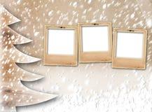Kerstmisdocument boom op de snow-covered achtergrond Royalty-vrije Stock Afbeeldingen