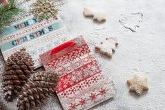 Kerstmisdocument zakken en koekjes Stock Foto's