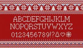 Kerstmisdoopvont Gebreid Latijns alfabet op naadloos gebreid patroon met sneeuwvlokken en spar Het noordse eerlijke eiland breien Stock Foto