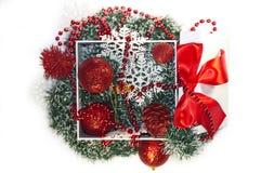 Kerstmisdoos met Nieuwjaarsnuisterijen Royalty-vrije Stock Afbeeldingen