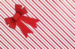 Kerstmisdoos met rood lint Stock Afbeeldingen