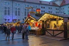 Kerstmisdorp in München Residenz in schemering, Duitsland Royalty-vrije Stock Afbeelding