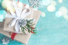 Kerstmisdozen van giften op een turkooise achtergrond festively worden verfraaid die Stock Foto's