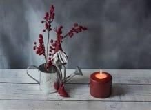 Kerstmiself met rood ornament stock fotografie