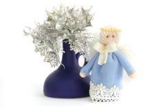 Kerstmisengel en Kerstmisbloemen royalty-vrije stock afbeelding