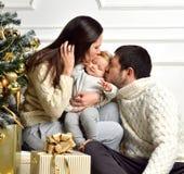 Kerstmisfamilie met Jong geitje en gouden huidige giften Het gelukkige kussen Stock Afbeeldingen
