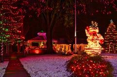 Kerstmisgazebo en sneeuwmanvertoning stock fotografie