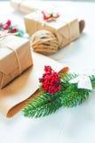 Kerstmisgift en een twijg van pijnboomnaalden op een witte achtergrond Stock Fotografie