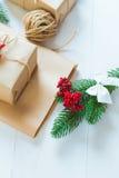 Kerstmisgift en een twijg van pijnboomnaalden op een witte achtergrond Stock Afbeelding