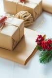 Kerstmisgift en een twijg van pijnboomnaalden op een witte achtergrond Royalty-vrije Stock Foto