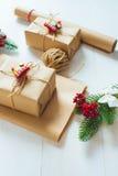 Kerstmisgift en een twijg van pijnboomnaalden op een witte achtergrond Royalty-vrije Stock Afbeelding