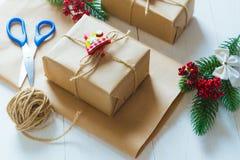 Kerstmisgift en een twijg van pijnboomnaalden op een witte achtergrond Stock Foto's